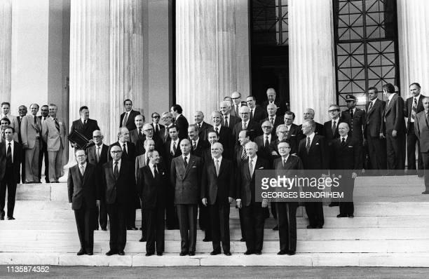 Les membres du gouvernement posent pour la photo de famille le 28 mai 1979 à Athènes après la signature du traité d'adhésion de la Grèce à la...
