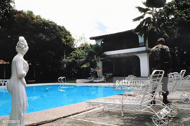 Les militaires colombiens occupent l'Hacienda Napoles somptueux domaine appartenant au chef du cartel de Medellin Pablo Escobar le 26 août 1989 à...