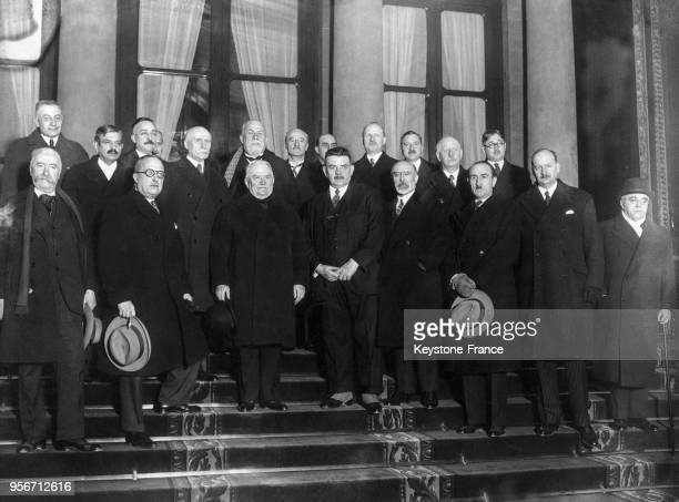 Les ministres à la sortie de l'Elysée avec de gauche à droite au 1er rang Marin Tardieu Doumergue président du Conseil Herriot Barthou Marquet...