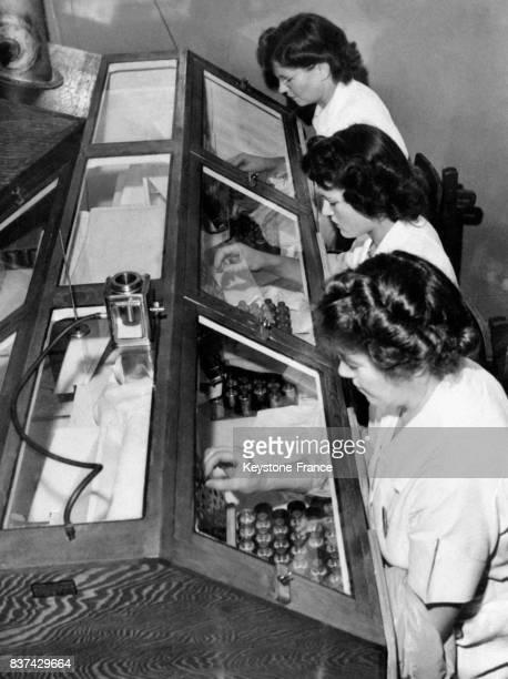 Les moisissures sont transférées à l'aide de pipettes à Paris France en 1946