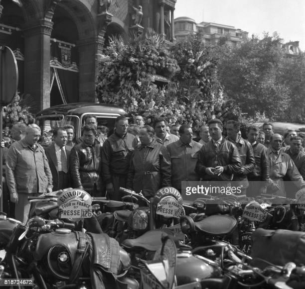 Les motards de la police qui suivent le Tour de France forment une haie le 22 juillet 1957 lors des obsèques du journaliste Alex Virot reporter à...
