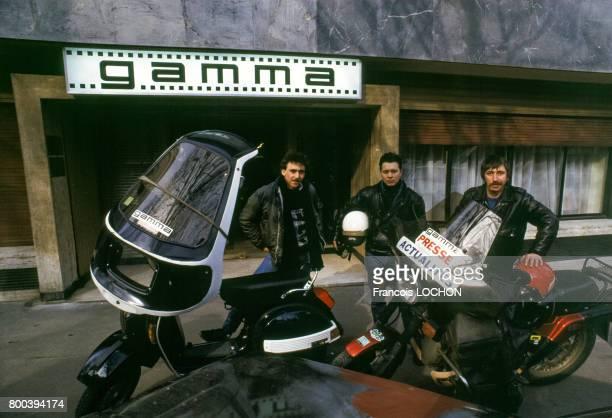Les motards de presse Pascal Le Floch au centre et Hervé Knittel à droite à l'agence Gamma en mars 1987 à Paris France