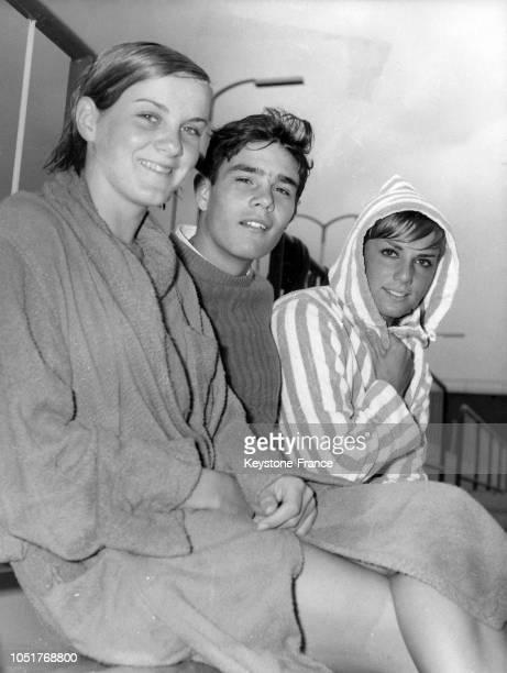 Les nageurs français Claude Mandonnaud Alain Mosconi et Christine Caron s'entraînent à la piscine Auburn le 17 février 1967 à Sydney Australie