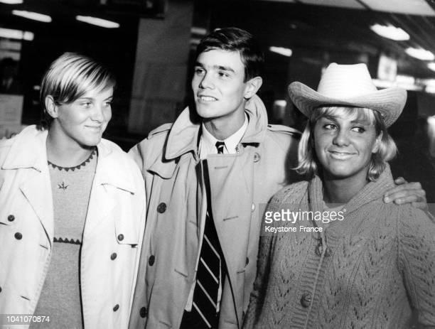 Les nageurs français Claude Mandonnaud Alain Mosconi et Christine Caron à l'aéroport lors de leur voyage en Australie circa 1960
