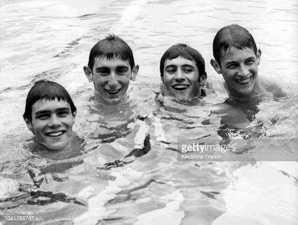 Les nageurs français recordmen du 4x200 m nage libre dans l'eau après leur exploit contre l'Italie et l'Allemagne au centre nautique Georges Vallerey...
