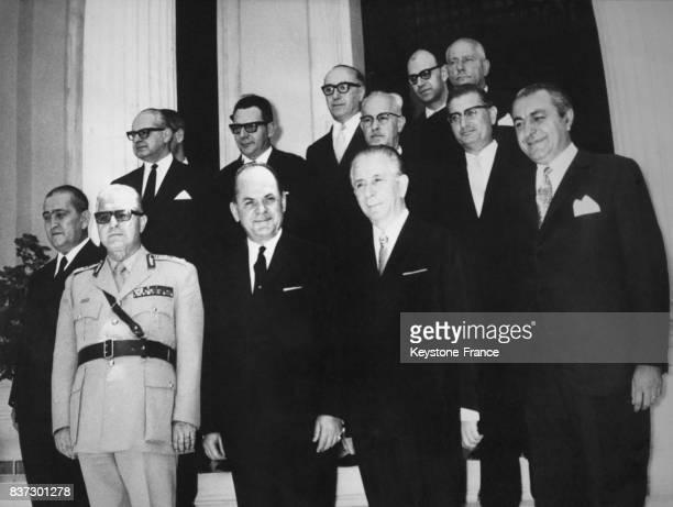 Les nouveaux membres du gouvernement grec avec le premier ministre Georgios Papadopoulos et le général Georges Zoitakis à Athènes Grèce le 24 juin...