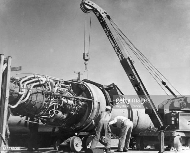 Les ouvriers américains amènent sur un wagon plat la fusée V2 afin de la mettre en place sur la plateforme de lancement pour des essais à White Sands...