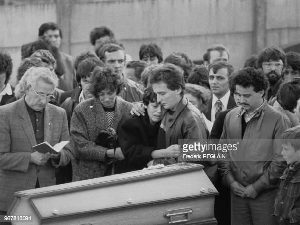 Les parents Christine et JeanMarie Villemin lors des obsèques de leur fils Grégory Villemin à LepangessurVologne le 20 octobre 1984 France