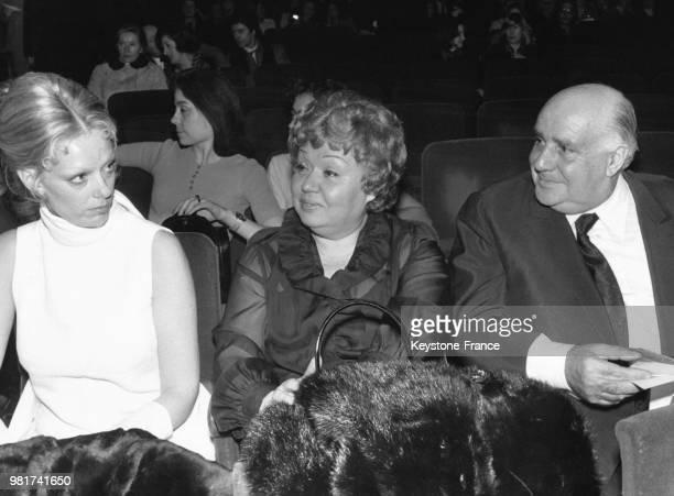 Les parents de Michel Sardou, Jackie et Fernand Sardou, ainsi que son épouse Françoise Pettré assistent à la première du chanteur à l'Olympia le 18...
