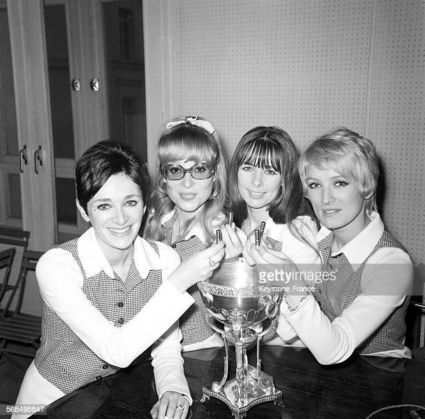Les Parisiennes' de gauche à droite Raymonde Anne Hélène et AnneMarie photographiées dans les studios d'Europe n°1 lors du tirage au sort des...