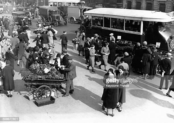 Les Parisiens achètent du muguet à des vendeurs de rue le 1er mai 1931 à Paris France