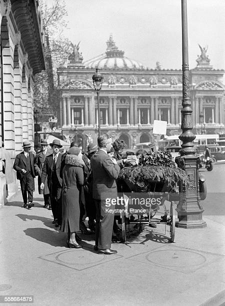 Les Parisiens achètent le traditionel muguet à Paris France le 1er mai 1931