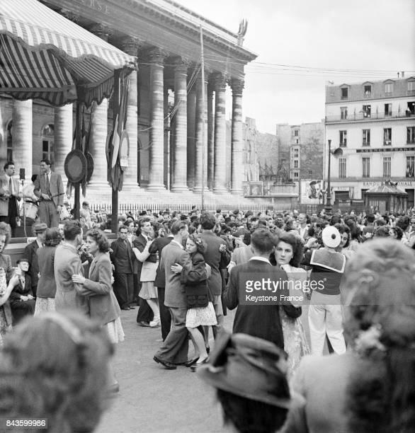 Les Parisiens dansent dans un bal public sur la place de la Madeleine le 14 juillet circa 1940 à Paris France