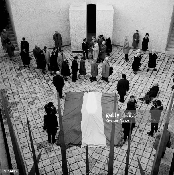 Les parisiens se recueillent devant les cendres de Jean Moulin gardées par des des compagnons dans la crypte des martyrs de la résistance à Paris...