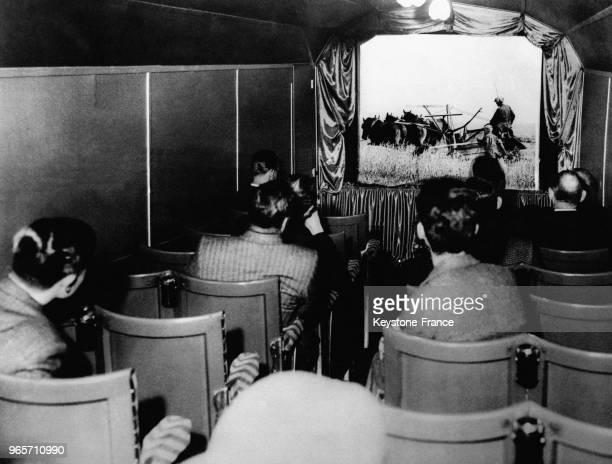 Les passagers du train allant de Londres à Leeds peuvent maintenant regarder un film pendant leur voyage au RoyaumeUni le 24 mai 1935