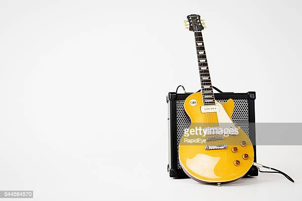 '56 les paul pro electric guitar leaning on roland amp - electric guitar stock pictures, royalty-free photos & images