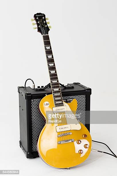 '56 les paul pro electric guitar with roland cube amp - electric guitar stock pictures, royalty-free photos & images