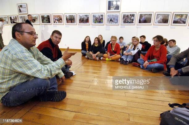 Les photographes de l'Agence France Presse, l'Israëlien, Menahen Kahana et le Palestinien Hazem Bader, s'adressent à des élèves de lycée, le 06...