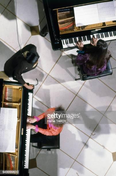Les pianistes Katia et Marielle Labèque accompagnent la chanteuse Barbara Hendricks dans l'émission de télévision 'Le Grand Echiquier' circa 1980 à...