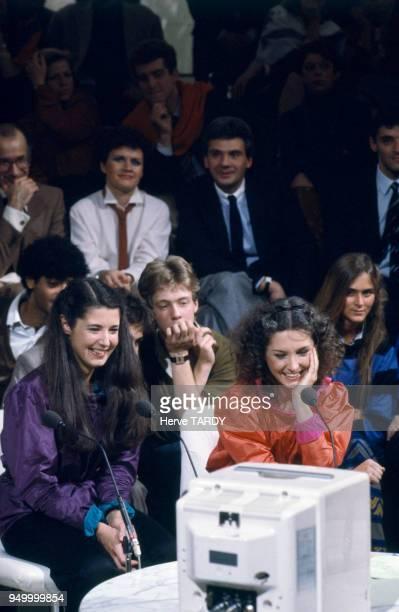 Les pianistes Marielle et Katia Labèque sur le plateau de l'émission de télévision 'Le Grand Echiquier' circa 1980 à Paris France