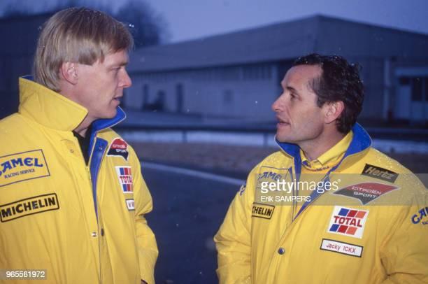 Les pilotes Ari Vatanen et Jacky Ickx avant le départ du ParisDakar le 19 décembre 1990 France