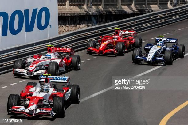 """Les pilotes automobiles Jarno Trulli , Anthony Davidson , Alexander Wurz et Kimi Räikkönen à l'amorce du """"virage du bureau de tabac"""", le 27 mai 2007..."""
