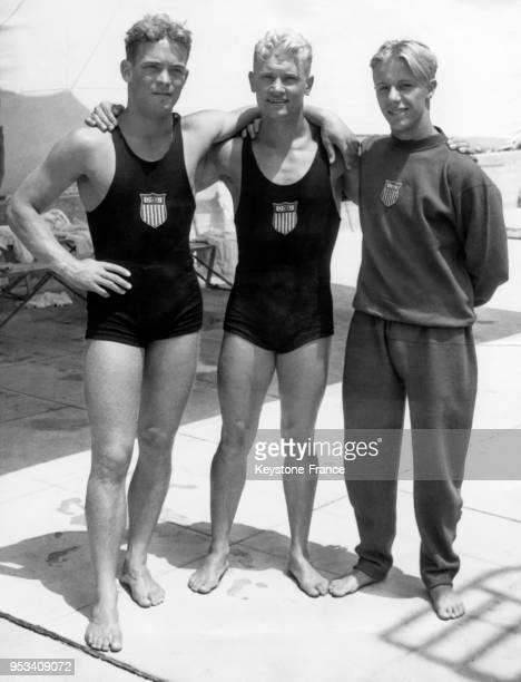 Les plongeurs américains Harold Dutch Smith Mickey Riley Galitzen et Richard Degener après avoir remporté l'épreuve de plongeon tremplin à 3 m Hommes...