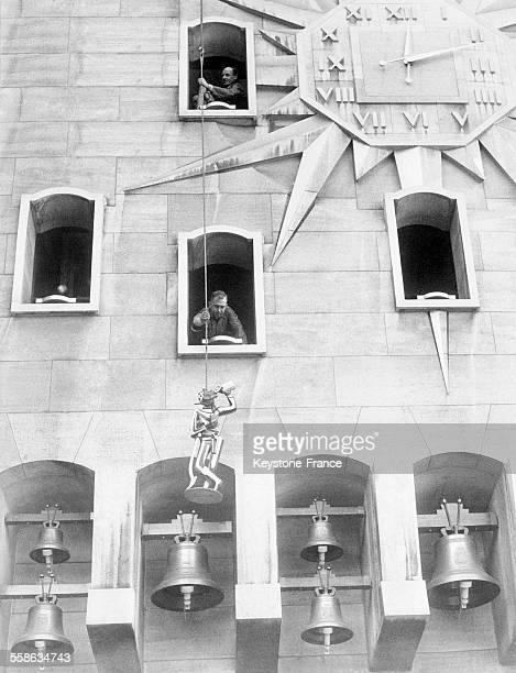 Les premières statues hissées dans leur niche de l'horloge géante du Palais des Congrès à Bruxelles Belgique le 6 octobre 1965