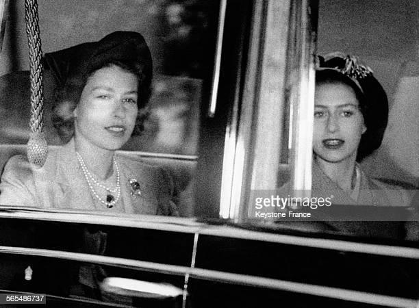 Les Princesses Elizabeth et Margaret arrivent en voiture au Parlement le 24 octobre 1949 à Londres RoyaumeUni
