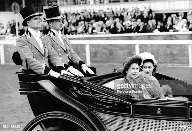 Les Princesses Royales Elizabeth et Margaret en calèche à Ascot le 15 juin 1949 à Ascot RoyaumeUni