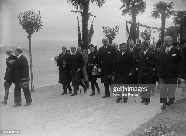 Les principaux intervenants de a Conférence se promenant au bord du Lac Majeur avec de gauche à droite, Sir Eric Drummond, Monsieur MacDonald,...