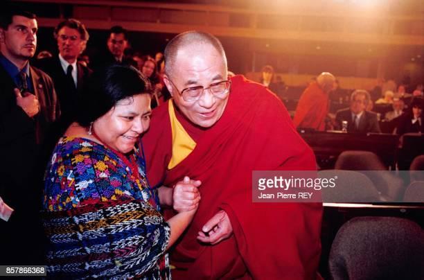 Les Prix Nobel de la Paix Dalai Lama et Rigoberta Menchu assistent a la ceremonie du 50eme anniversaire de la Declaration universelle des Droits de...