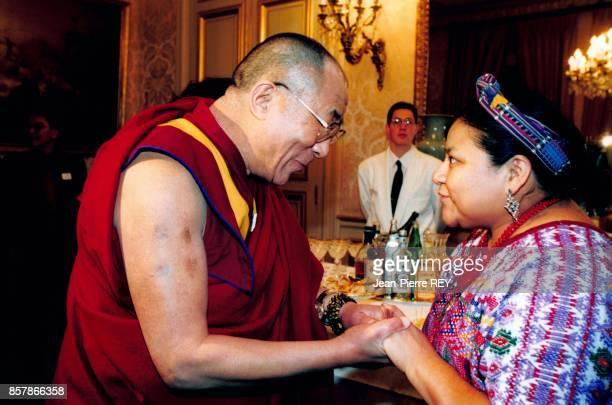 Les Prix Nobel de la Paix Dalai Lama et Rigoberta Menchu recus au Senat pour un dejeuner officiel a l'occasion des celebrations du 50eme anniversaire...