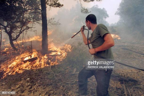 Les propriétaires d'une ferme luttent contre un incendie le 07 août 2005 à EsparrondeVerdon Selon la préfecture du département le nombre d'évacués...
