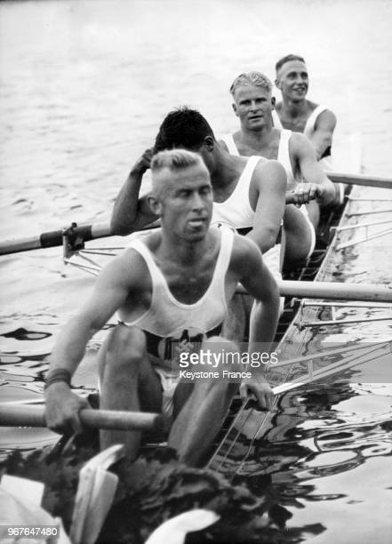 Les quatre rameurs de l'équipe allemande d'aviron après leur triomphe lors d'une épreuve olympique le 14 août 1936 à Berlin Allemagne