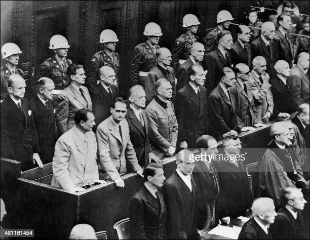 Les responsables nazis accusés de crimes de guerre durant la Seconde guerre mondiale au procès de Nuremberg écoutent la lecture du verdict le 02...