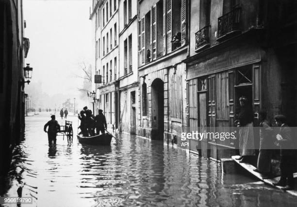 Les rues inondées par la crue de la Seine en 1910 à Paris France