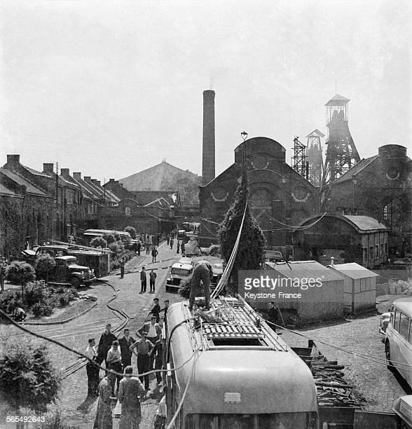 Les secours s'organisent après l'accident minier de Marcinelle à Charleroi en Belgique en août 1956