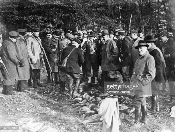 Les sénateurs réunis pour une partie de chasse, avec au centre, le général Braconnier, à sa gauche MM Lucien Hubert, sénateur des Ardennes, Marcel...