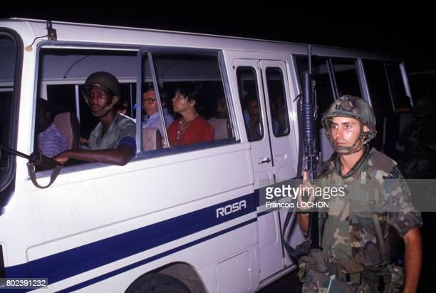 Les soldats américains font partir leurs prisonniers russes dans des vans le 1er novembre 1983 à Grenade