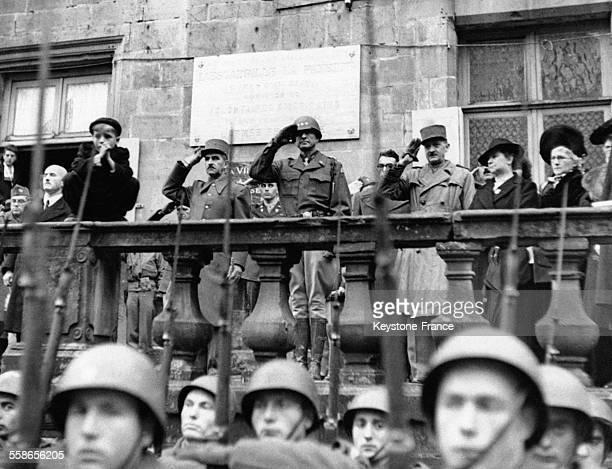 Les soldats de l'infanterie française célèbrent l'armistice où l'escadrille La Fayette unité de volontaires américains sous commandement français a...