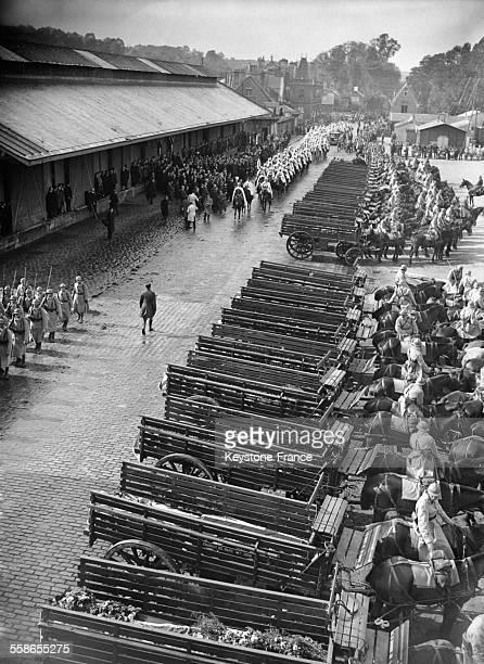 Les soldats défilent devant les cercueils des victimes de la catastrophe du dirigeable britannique R101 à Beauvais France le 7 octobre 1930