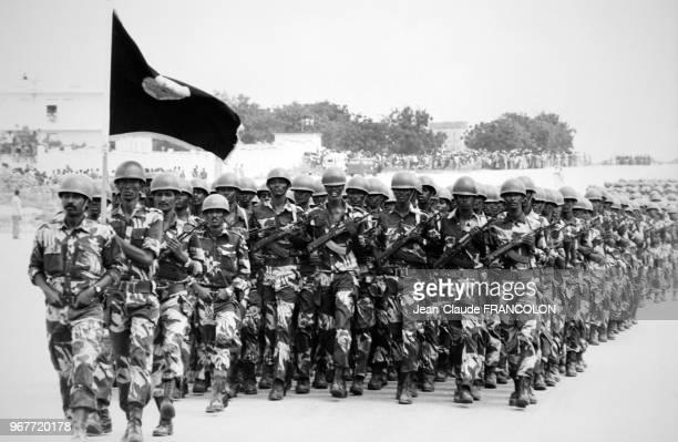 Les soldats défilent lors d'une parade militaire pour le 8ème anniversaire de la révolution somalienne le 21 octobre 1977 à Mogadiscio Somalie