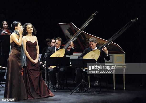 Les solistes Ana Quintans et C?line Ricci se produisent sous la direction de Patrick Cohen-Akenine avec deux archi luths pendant un concert des...