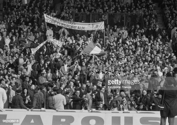 Les spectateurs tenant une banderole sur laquelle est inscrit 'Allez les coqs picorez les poireaux' lors du match de rugby France Pays de Galles lors...