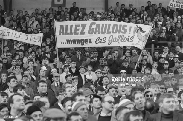 Les spectateurs tenant une banderole sur laquelle est inscrit 'Allez Gaulois mangez ces Gallois' lors du match de rugby France Pays de Galles lors du...
