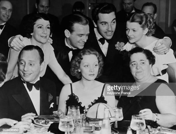 Les stars d'Hollywood Walter Reuben, Marlène Dietrich, Elsa Maxwell, Edith Gween, Douglas Fairbanks Jr, César Romero et Betty Furness lors d'une fête...