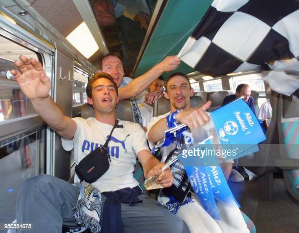 les supporters amienois manifestent leur joie dans le compartiment d'un train à destination de Paris le 26 mai 2001 à Amiens avant de se rendre au...