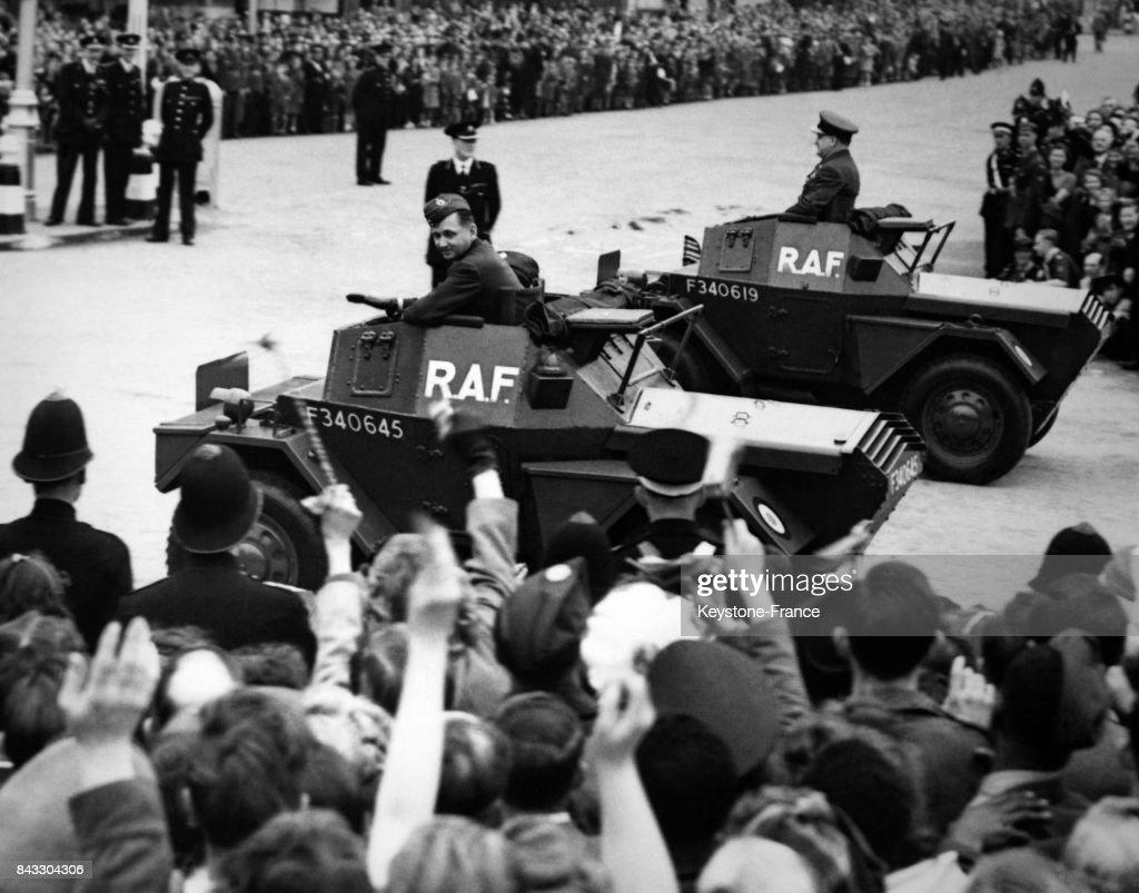 Les tanks du Maréchal Tedder, de la RAF sont acclamés par la foule lors de la parade de la Victoire le 8 juin 1946 à Londres, Royaume-Uni.