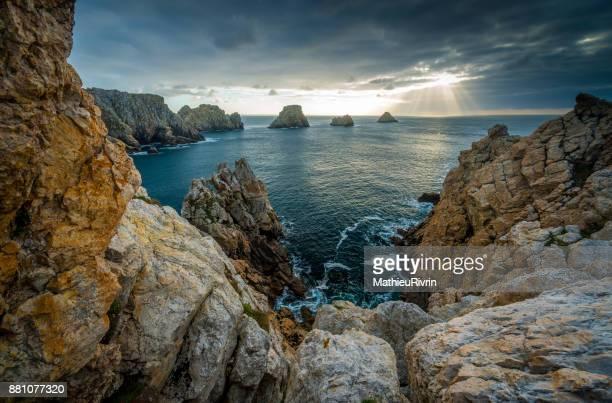 les tas de pois à la pointe de pen hir - camaret sur mer photos et images de collection